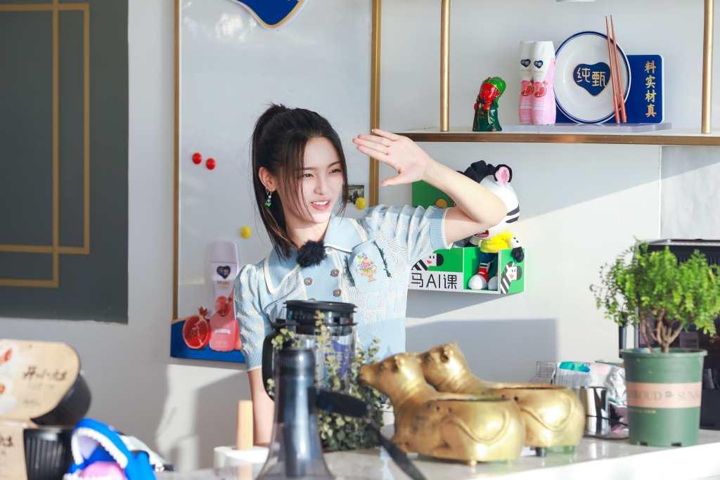 中餐厅端盘子的杨超越【9P】