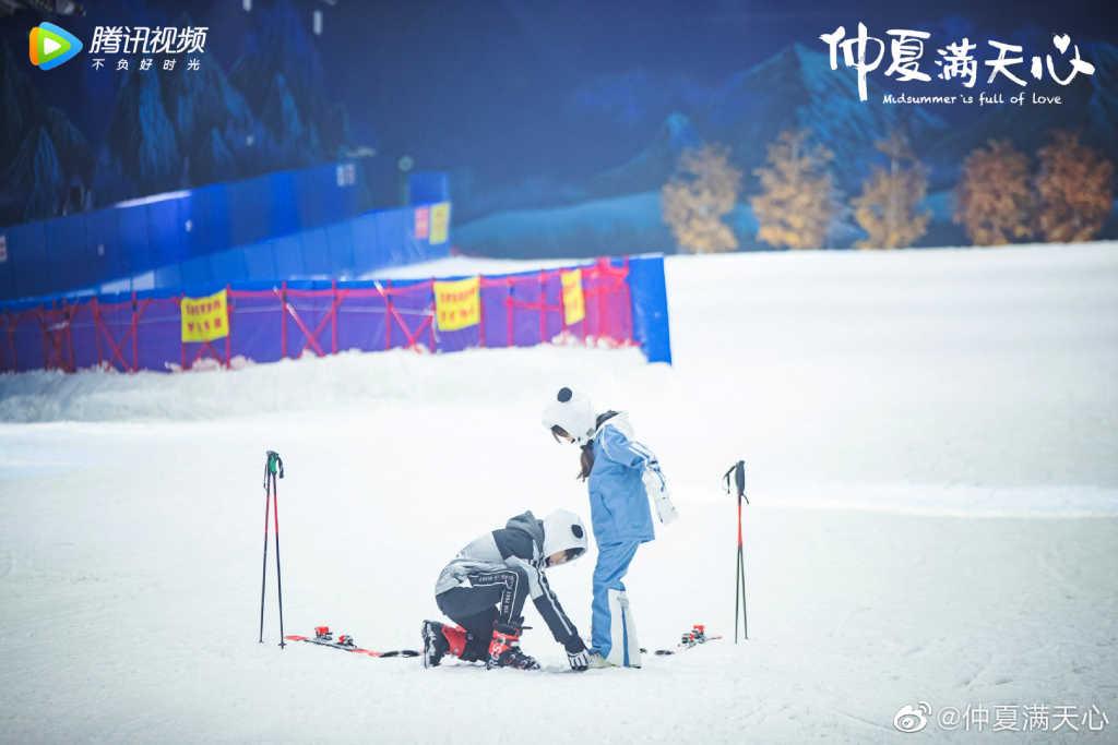 仲夏满天心剧照:洛天然和靳泽一滑雪